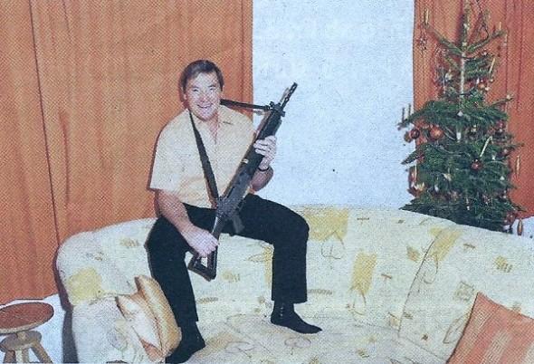 Waffen-Nostalgie: Nationalrat Jakob Büchler, Co-Präsident des Gegner-Komitees posiert in der SonntagsZeigung mit dem Sturmgewehr im Wohnzimmer.