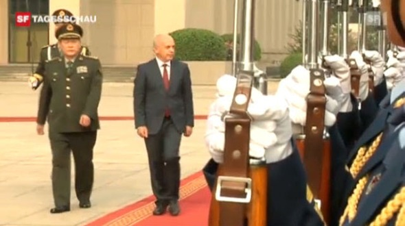 Der Staatsbesuch von Ueli Maurer beim chinesischen Verteidigungsminister löst Fragen aus.