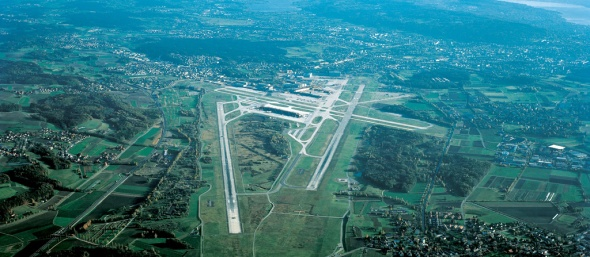 Flughafen Zürich-Kloten mit der Landepiste 14, bei der der Landeanflug mehrheitlich über süddeutschem Gebiet verläuft.