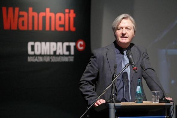 Der antisemitische Verschwörungstheoretiker Jürgen Elsässer lässt sich von AfD-Mitgliedern feiern.